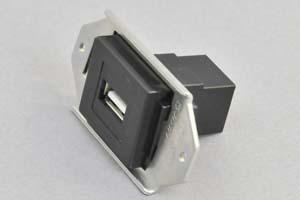 パネルマウントコンセントチップ(小型取付枠セット品) USB2.0-A中継コネクタ 黒
